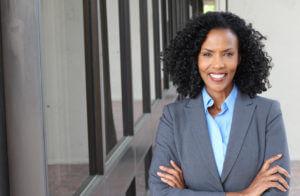 Une-femme-africaine-habillée-de-façon-professionnelle-au-travail.