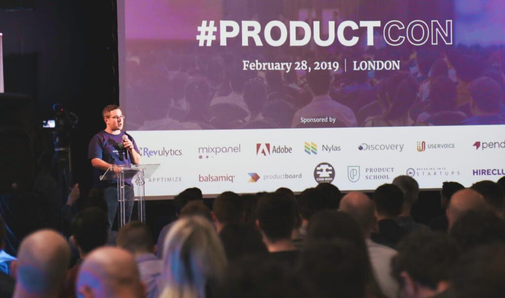 Speaker at a conference 1024x604 - Avoir les meilleures opportunités grâce à son personal branding?